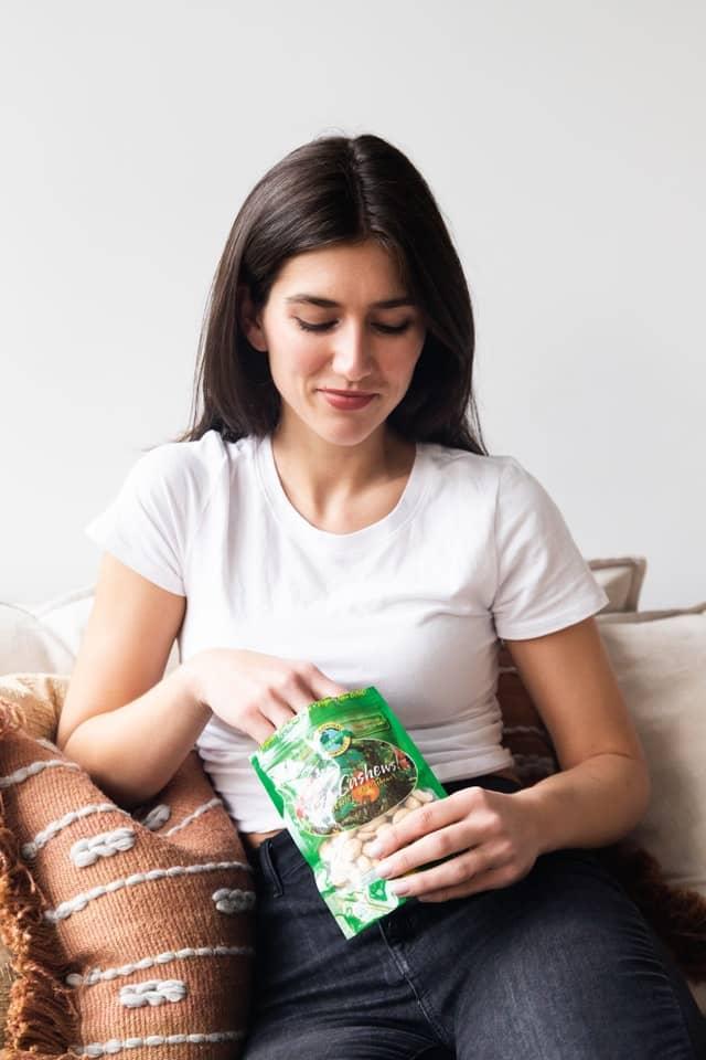 mujer comiendose una bolsa de patatas