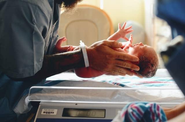 pesando un bebé recién nacido