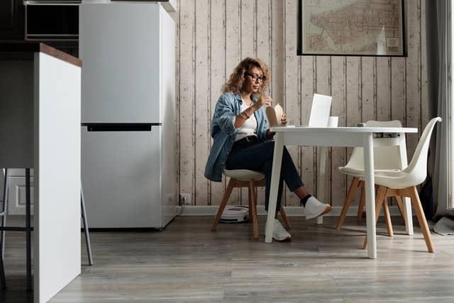 mujer comiendo comida a domicilio