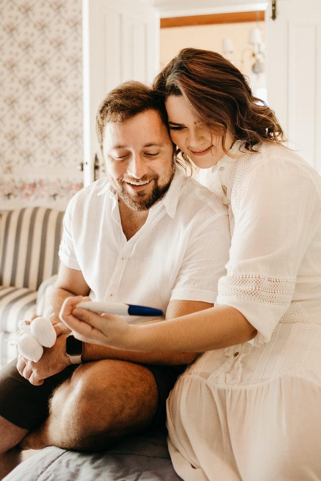pareja haciendo un test de embarazo