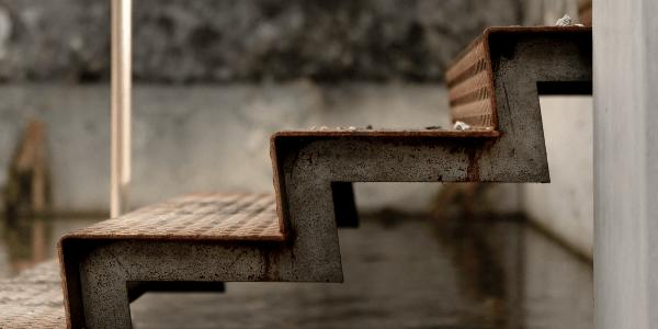 Eine Treppe, die nach oben führt zum SEO Erfolg.