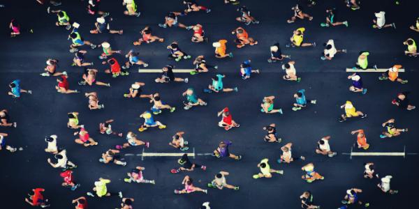 Marathonläufer in einer Stadt.