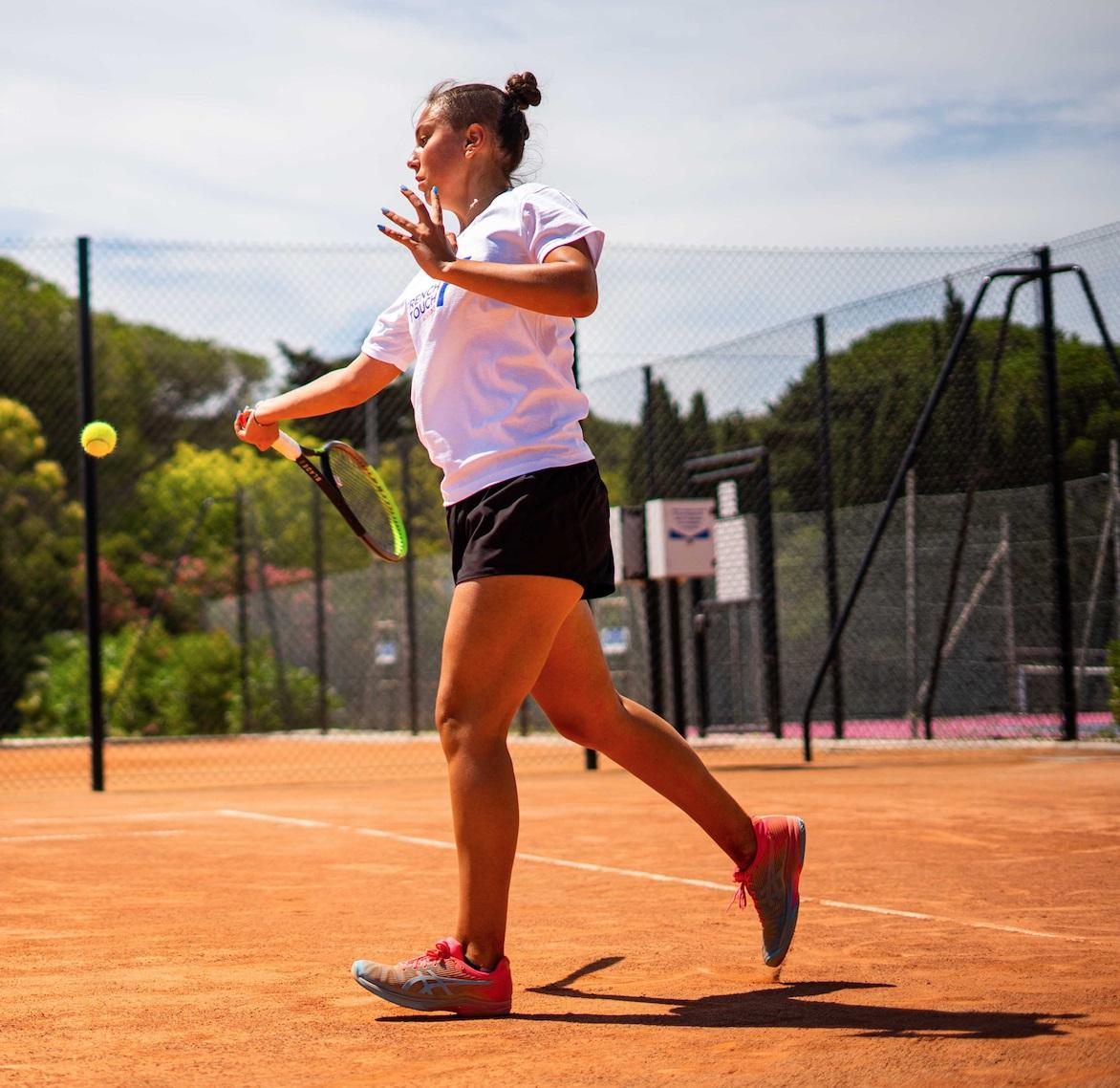 Joueuse de tennis sur un terrain en terre battue