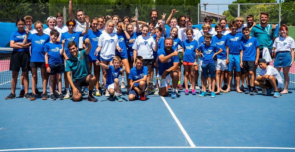 Junger Tennisspieler in Aktion