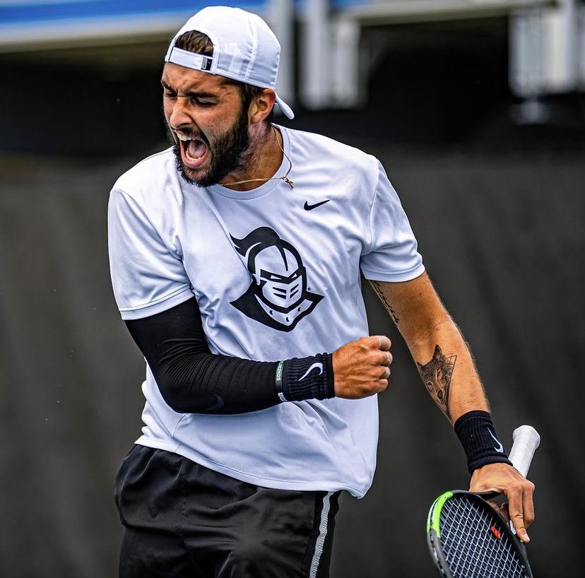 Jeune joueur de tennis en action