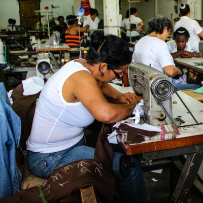 Femme travaillant dans une usine de textile