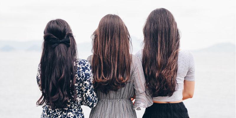 3 filles brunes aux cheveux longs