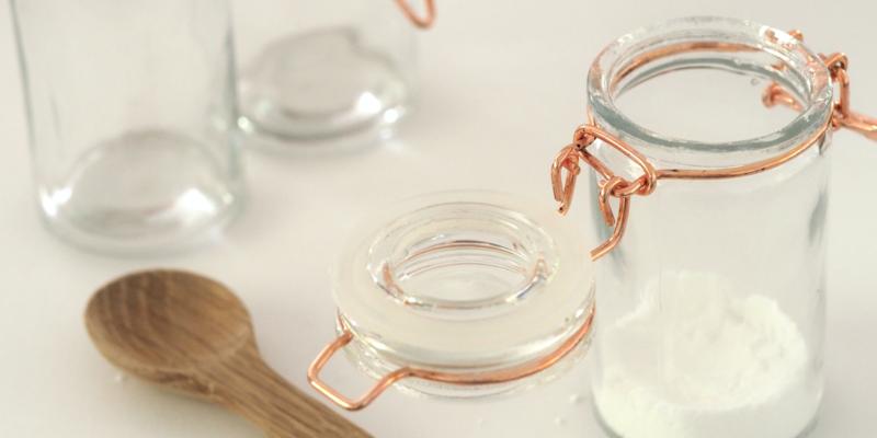 Sucre en poudre dans un bocal en verre