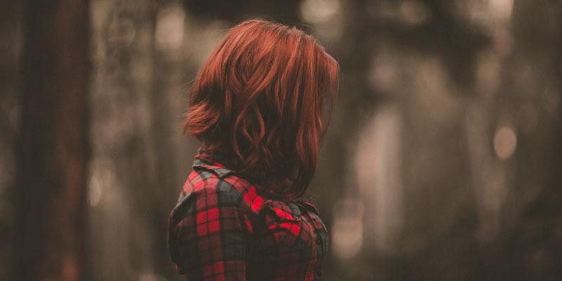 Fille de profil avec les cheveux roux