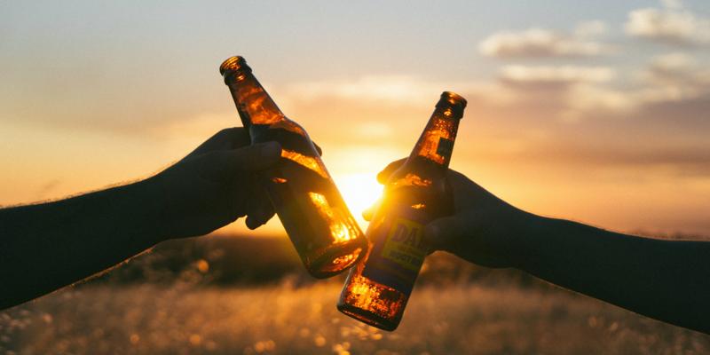 Deux bières qui trinquent