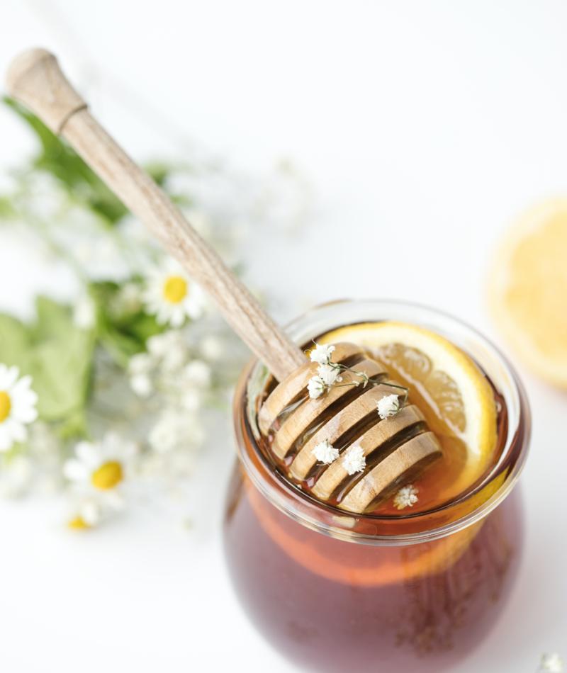 Miel dans une tasse d'eau chaude avec du citron