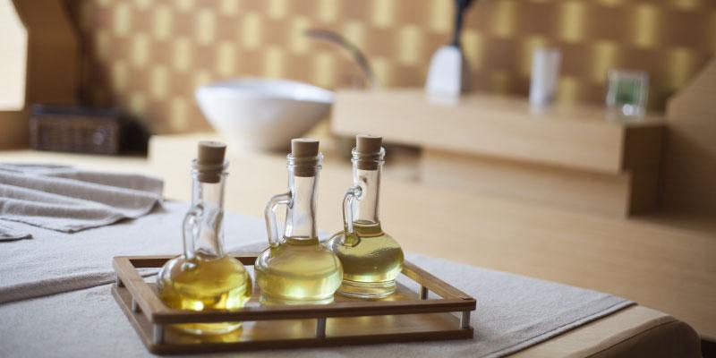 Trois flacons d'huile dorée
