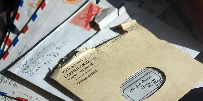 Pile d'enveloppes ouvertes