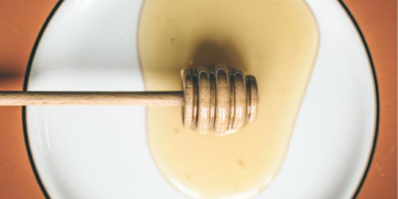 Miel dans une assiette blanche