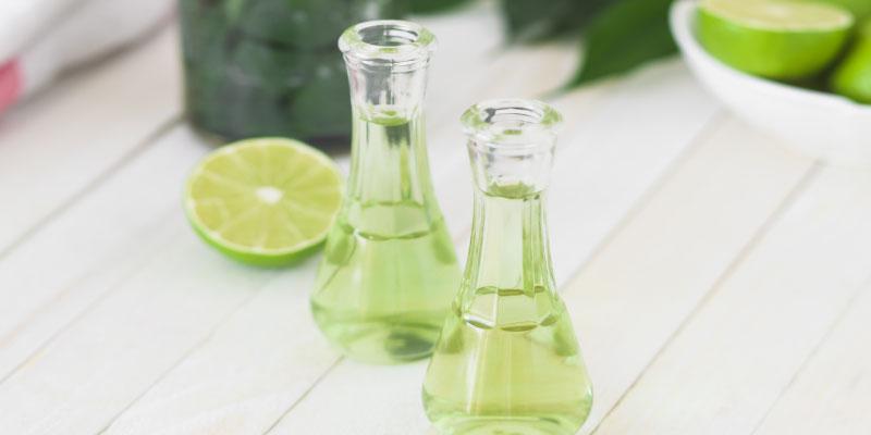 Deux flacons remplis d'un liquide vert