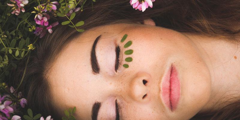 Femme allongée au milieu des fleurs