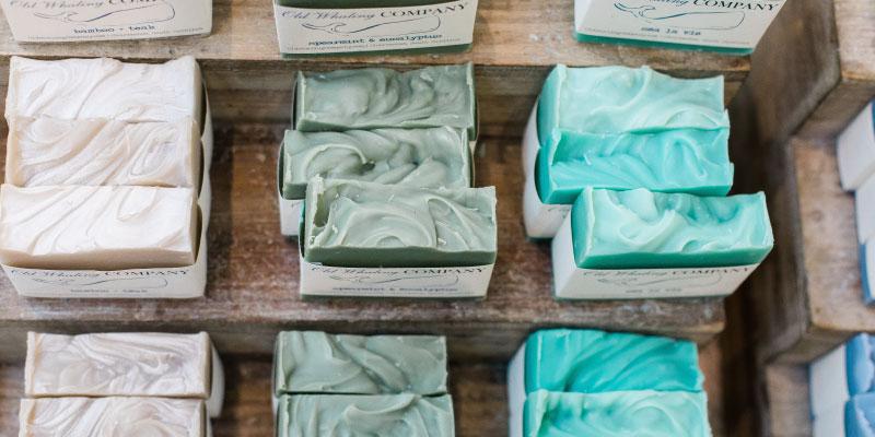 Présentoir de vente rempli de savons solides