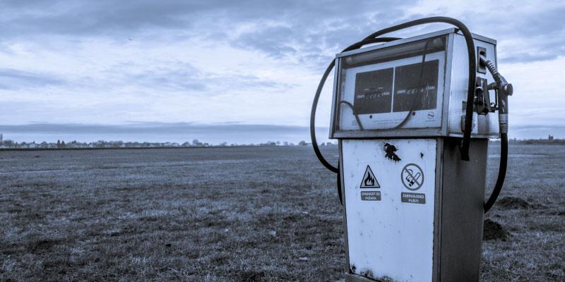 Pompe à essence abandonnée dans un désert