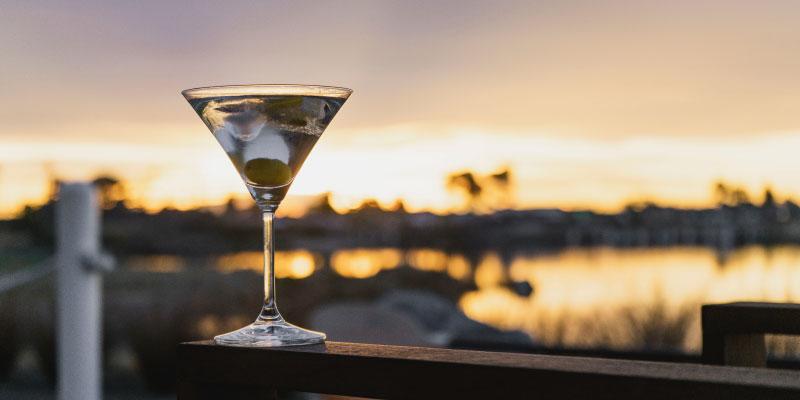 Verre d'alcool posé sur une rembarde