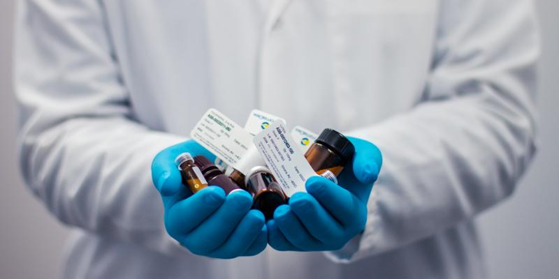 Pharmacien tenant des médicaments