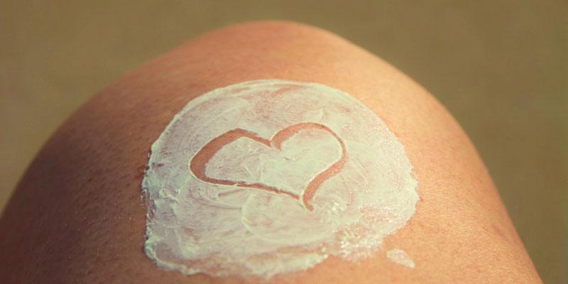 Crème sur la jambe en forme de coeur