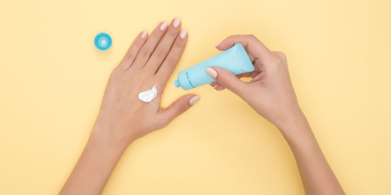 Crème solaire sur la main