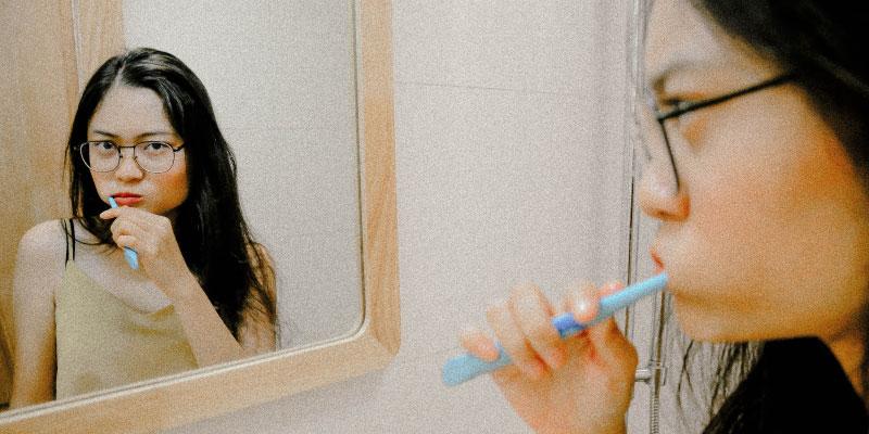 Femme se brossant les dents