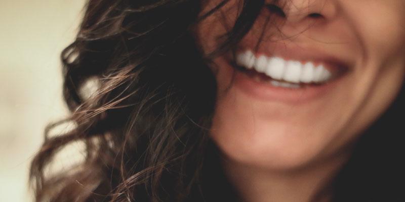 Femme qui sourit avec des dents bien blanches