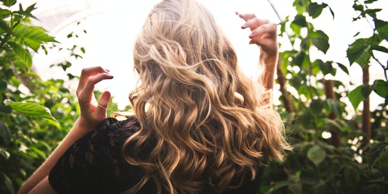 Belle chevelure blonde toute douce