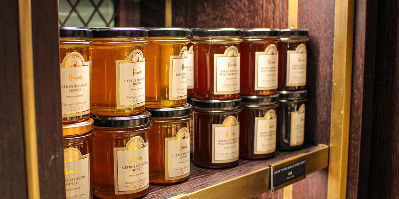 Pots de miels sur une étagère dans un magasin