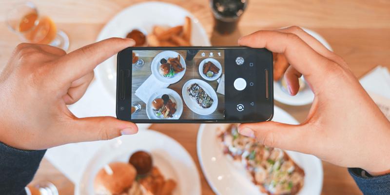 Smartphone prenant en photo un repas