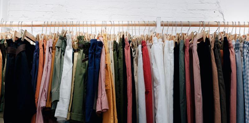 Vêtements de couleurs suspendus