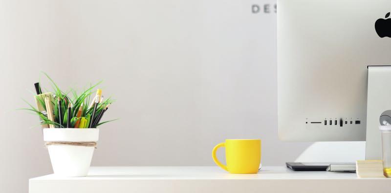 Bureau avec une tasse jaune