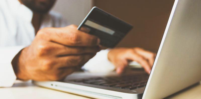 Homme qui paye par carte sur internet