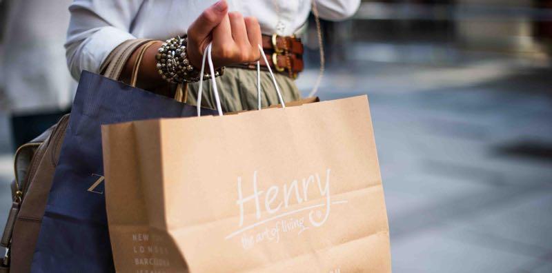 Femme qui tient des sacs de shopping