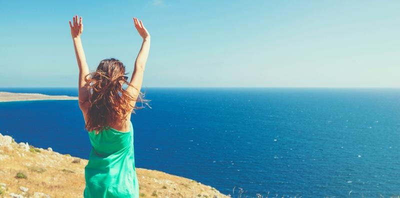 Femme libre face à la mer