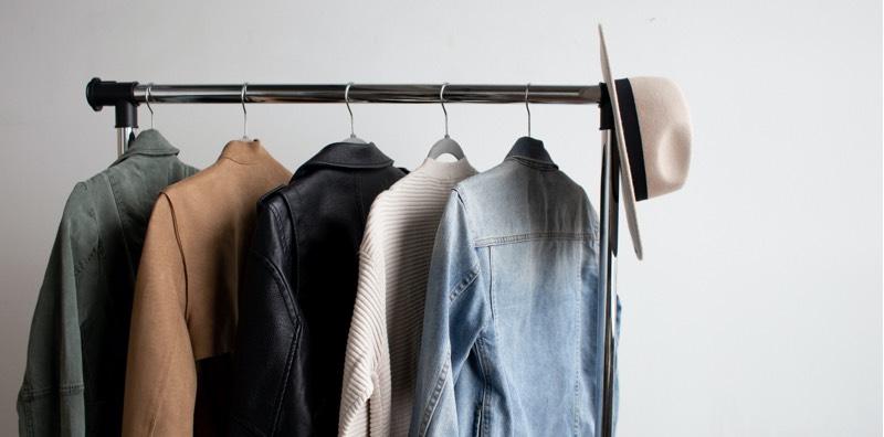 Portant avec des vêtements éthiques