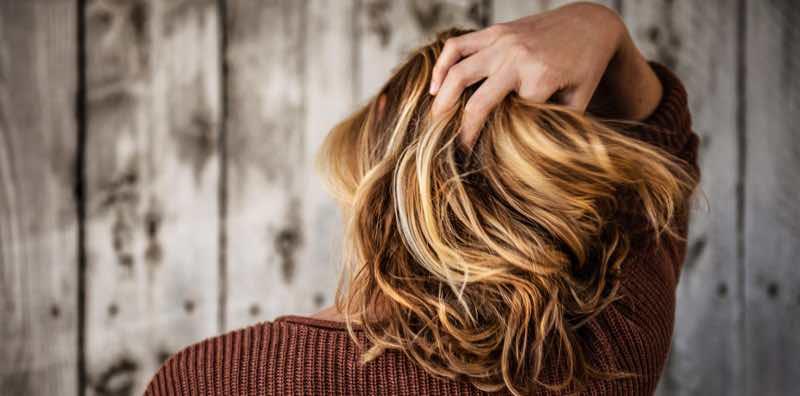 Une femme se masse la tête