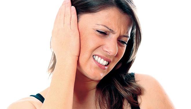 Đau tai trái phải khi nuốt nước bọt