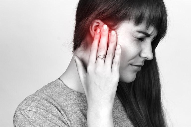 Nổi mụn nước ở vành tai do viêm da tiếp xúc