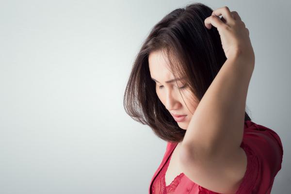dùng lá ổi trị ngứa da đầu rụng tóc