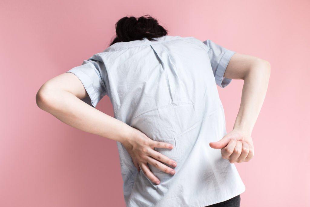 đau lưng không đứng thẳng được