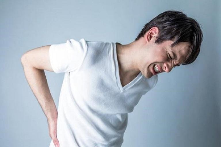 Đứng lâu bị đau lưng là hiện tượng thường thấy