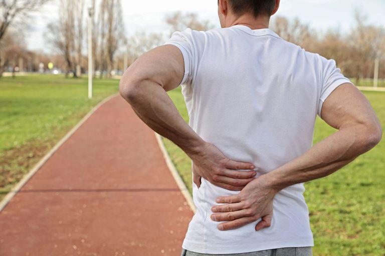 Người bị đau lưng có cần đi bộ, chạy bộ không