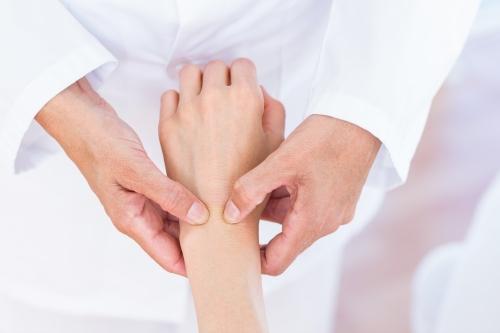 Dùng Vật lý trị liệu có thể trị viêm khớp cổ tay