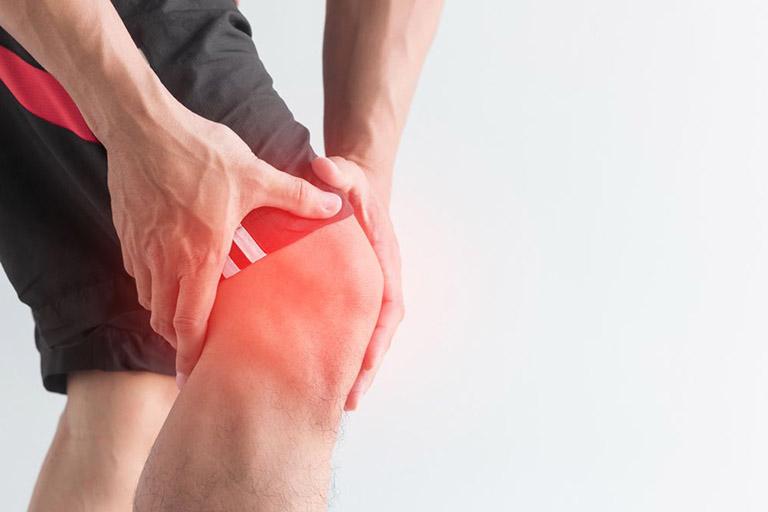 Đau đầu gối khi ngồi xổm có buộc phải trị không