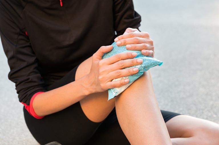 Chườm nóng / chườm lạnh giúp cải thiện trường hợp đau nhức trong xương ống chân'