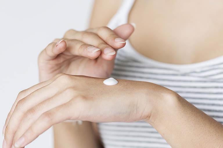 Kết hợp kem dưỡng ẩm với dầu mù u điều trị viêm da cơ địa