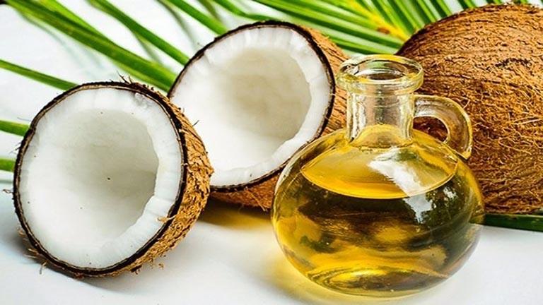 Sử dụng dầu dừa nguyên chất bôi lên da