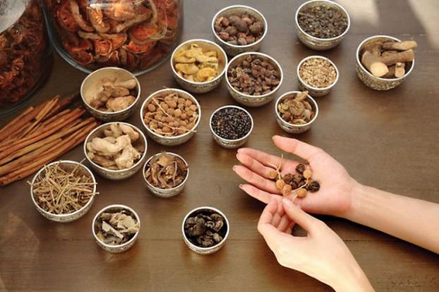 Uống thuốc Đông y điều trị viêm da cơ địa thì bắt buộc kiêng ăn gì?